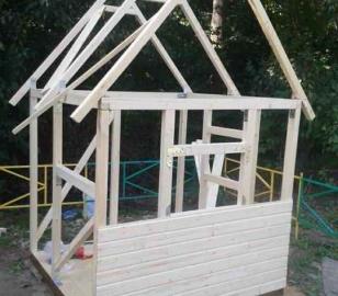 Установка крыши детского домика