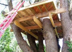 Крепление платформы для домика на дереве