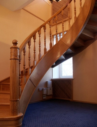 Винтовая деревянная лестница на второй этаж частного дома