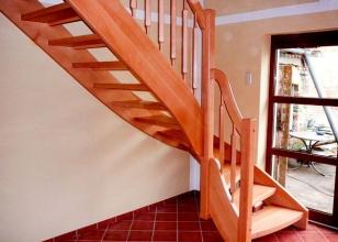 Лестница из дерева с поворотом для загородного дома