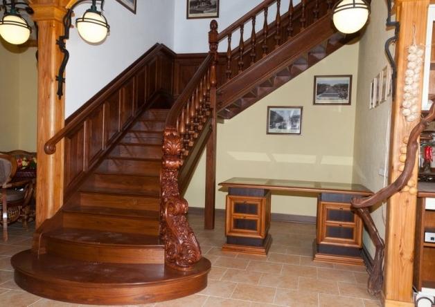 Дубовая лестница с резными пирилами