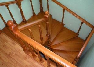 Винтовая деревянная лестница для дачи