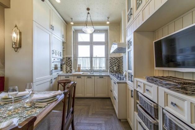 Дизайн светлой кухни с одним окном