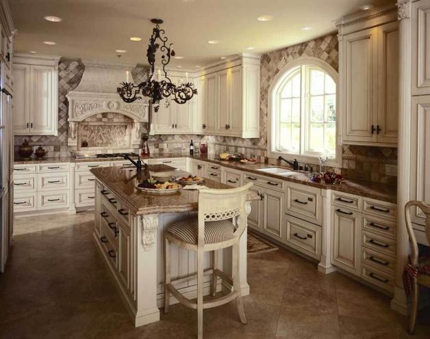 Дизайн кухни в стиле Прованс с большим окном