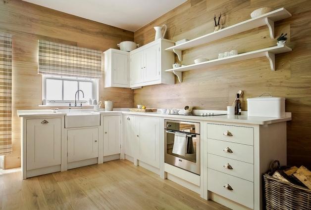 Окно на кухне с деревянной отделкой