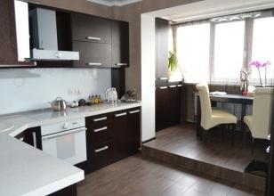 Интерьер кухни с объединенным балконом