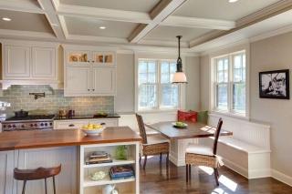 Дизайн кухни в частном доме с двумя небольшими окошками