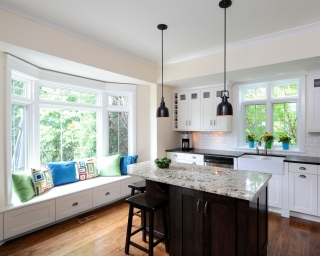Дизайн кухни с двумя большими окнами