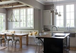 Кухня с разноразмерными окнами на одной стене