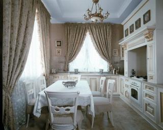 Интерьер кухни в частном доме с двумя окнами на разных стенах