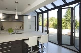 Кухня-студия с окном в частном доме