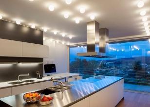 Дизайн кухни студии с окном на всю стену