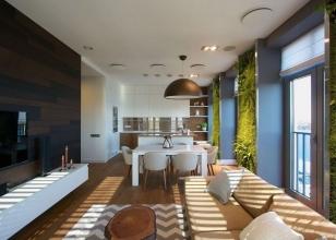 Интерьер кухни студии с несколькими окнами и вертикальным озеленением