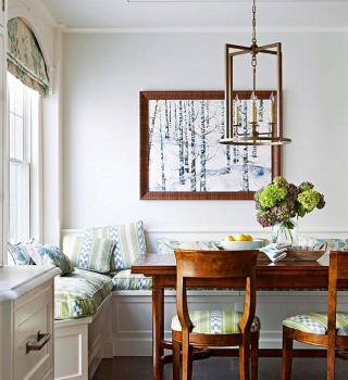 Интерьер кухни с окном с местами для хранения