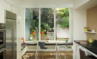 Интерьер кухни-столовой с панорамным окном