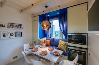Дизайн кухни с окном обрамленным шкафами