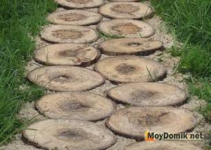 Дорожка из крупных деревянных спилов