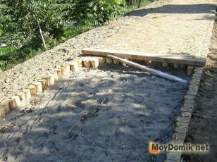 Монтаж спилов дерева под тропинку