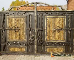 Металлические распашные ворота - кованые с деревянными вставками