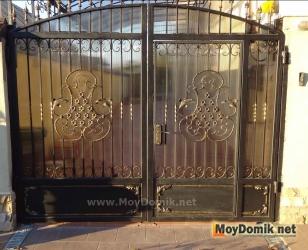 Распашные ворота комбинированные - ковка + поликарбонат