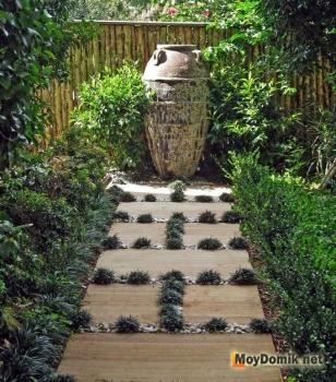 Садовая дорожка из деревянных щитов квадратной и прямоугольной формы
