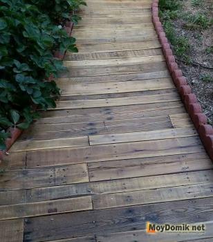 Деревянная дорожка для дачи из состаренной доски