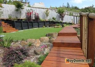 Деревянный настил-дорожка в ландшафтном дизайне садового участка