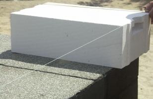 Укладка газобетонного блока с навесом над цоколем