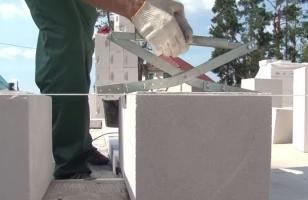 Устройство для захвата газобетонных блоков с плоскими гранями