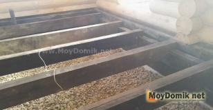 Монтаж балок пола в бревенчатом доме