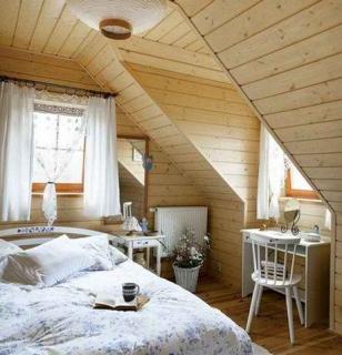 Простой дизайн спальни в стиле Кантри в доме из бруса