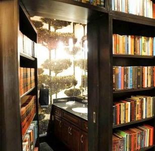 Скрытая дверь среди книжных полок библиотеки