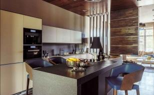 Интерьер кухонной зоны в загородном доме