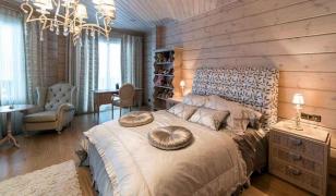 Изысканный интерьер спальни в деревянном доме из бруса