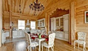 Интерьер кухни-гостинной в доме из бруса
