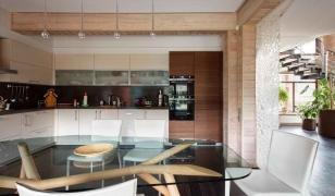 Современный дизайн кухни в доме из бруса