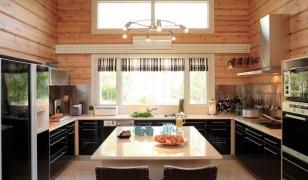 Современный интерьер кухни в брусовом доме