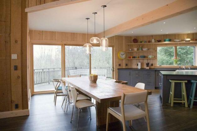 Зона кухни и гостинной в доме из бруса