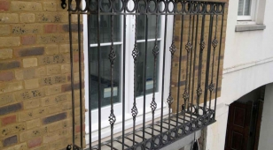 Балкон во французском стиле в доме