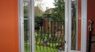 Французский балкон в загородном доме, фото внутри гостиной