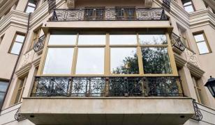 Большой балкон, остекленный во французском стиле