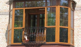 Остекление балкона распашными французскими окнами-дверьми