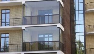 Безрамная система остекление балкона по-французски