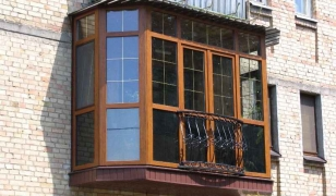 """На фото остекление балкона французскими окнами с кованой оградкой в виде """"корзины"""""""