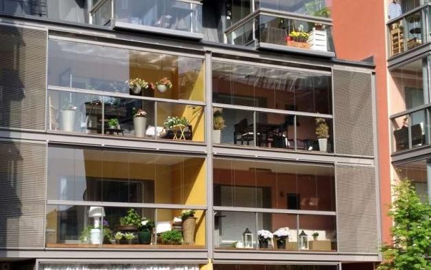 Экстерьер балкона с безрамным остеклением