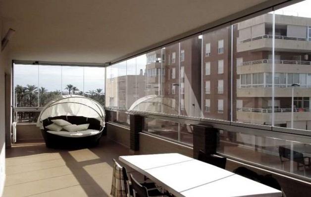 Дизайн балкона с безрамным остеклением