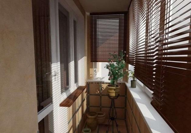 Деревянные жалюзи в интерьере балкона
