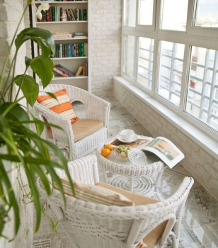 Дизайн интерьера балкона со стелажом