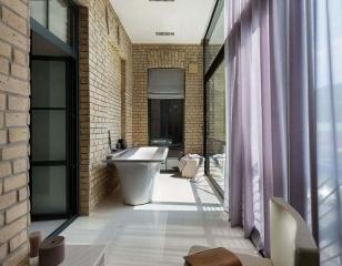 Дизайн балкона с ванной
