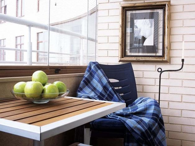 Дизайн балкона с кирпичными стенами